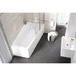 Akrilinė asimetrinė vonia Ravak 10° interjere.